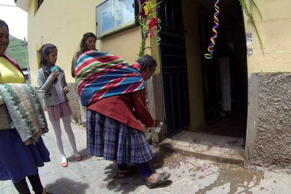 hypnothérapeute, bénédiction avec la boisson ancestrale traditionnelle Chicha (mais fermenté)